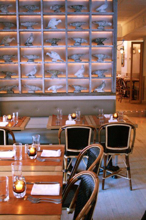 """<p>In café Cluny waan je jezelf even in een klein Frans plaatsje. Deels door het fantastische eten en deels door de vrolijke obers, volledig gehuld in Bretonse strepen.</p><p><em>284 W 12th Street, <a href=""""http://www.cafecluny.com/"""" target=""""_blank""""><u>cafecluny.com</u></a>.</em></p>"""
