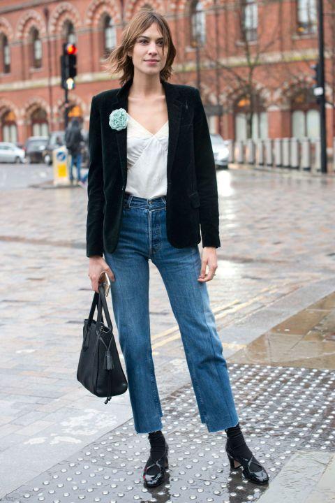 <p>Alexa Chung stijlde haar kaarsrechte spijkerbroek met een simpel, zwart jasje waar dan uiteraard wel weer een vrolijke bloem op prijkte.</p>