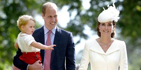 """<p>Sommige mensen vinden dat de wereld rond vliegen en het laten zien van je gezicht op belangrijke evenementen geen <a href=""""http://www.harpersbazaar.nl/cultuur-reizen/news/a1671/kate-middleton-scoort-nieuwe-baan/"""">echte baan</a> is. Maar wanneer je per jaar 500 evenementen bezoekt, zoals Charles en Camilla dat doen, dan heb je het er naar ons idee nogal druk mee. 'De koningin knipt meer lintjes, bezoekt meer feesten en drinkt meer thee met belangrijke figuren dan William, Kate en Harry bij elkaar,' legt Andersen uit. Voordat je ze lui en verwend noemt, denk even aan het feit dat ze met deze keuze hopen op een normaal leven waardoor ze meer tijd hebben voor hun kinderen en dat William ook nog werkt als piloot.</p>"""
