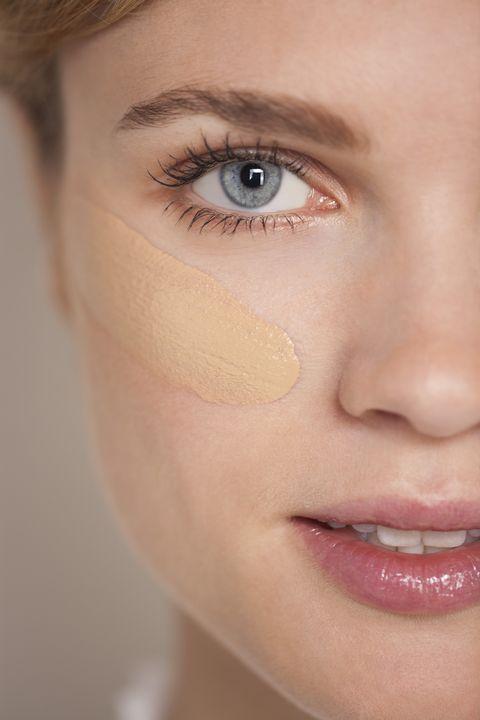 <p>Een foundation met medium tot volle dekking heeft veel pigment, en dat absorbeert vocht. Hoe ouder de huid wordt, hoe droger hij ook wordt, dus dat is geen goede combinatie: het ziet er pannenkoekerig uit en trekt in de lijntjes.</p><p><strong>Hoe dan wel: </strong>probeer een foundation met actieve ingrediën zoals peptiden of vitamine C, voor dekking én hydratatie. Of voeg wat dagcrème toe aan je foundation voor extra verzorging.<br></p>