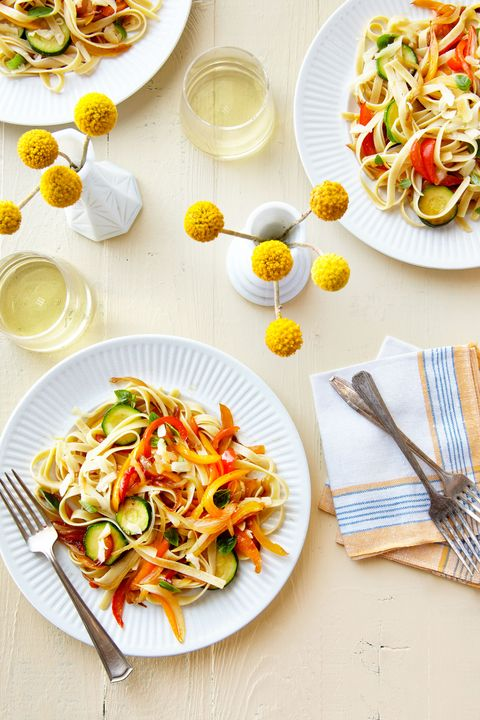 "<p>Met dit frisse pastagerecht zet je de lente op tafel.</p><p><a href=""http://www.countryliving.com/food-drinks/recipes/a38072/pasta-with-sauteed-peppers-zucchini-and-smoked-mozzarella-recipe"">Het volledige recept vind je hier.</a></p>"