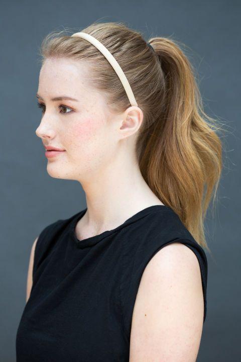 <p>Maak een hoge staart en plaats een haarbandje ongeveer 2 centimeter van je haarlijn. 'Wanneer je haar een beetje vettig is, spray dan eerst wat droogshampoo op de haarwortels,' suggereert Peña.</p>