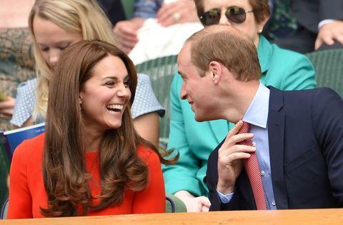 <p>De kenner weet: de twee hebben een appartement in Kensington Palace in Londen, maar wonen eigenlijk ergens anders. 'Ze wonen eigenlijk in Anmer Hall in het stadje Sandringham in Norfolk,' zo legt Chrisopter Andersen, schrijver van het boek <em>Game of Crowns: Elizabeth, Camilla, Kate and the Throne</em>, uit. 'Het ligt ten noorden van Londen en hier spenderen ze 90% van hun tijd, omdat het vlakbij zijn werk is.' Door uit de stad te blijven, kunnen de twee zelfs gewoon boodschappen doen in de supermarkt. Welja!</p>