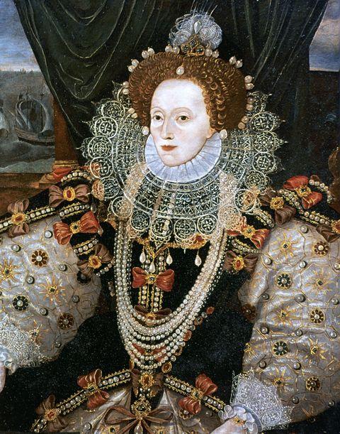 <p>In het tijdperk van koningin Elizabeth I werd cosmetica verafschuwd, omdat men geloofde dat het goede energie zou blokkeren. Maar, gezien het feit dat een zeer bleke huid in was, werd er een uitzondering gemaakt voor producten als lood en arseen om de teint wat lichter te maken (helaas wisten ze toen nog niet dat deze stoffen erg giftig zijn en goede energie dus juist blokkeren). Het favoriete product van de koningin was een mix van lood en azijn. Ook het hebben van een hoog voorhoofd zorgde voor aanzien, dus liet de koningin regelmatig haar haarlijn leegplukken om 'm wat te accentueren.</p>