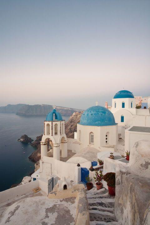 """<p>Natuurlijk zijn alle Griekse eilanden prachtig (we tipten onze favorieten <a href=""""http://www.harpersbazaar.nl/cultuur-reizen/news/a2377/bazaar-escape-griekenland/"""">hier</a> al eens voor je), maar in het stadje Oia op Santorini heb je het prachtigste uitzicht over de blauwe Egeïsche zee.</p>"""