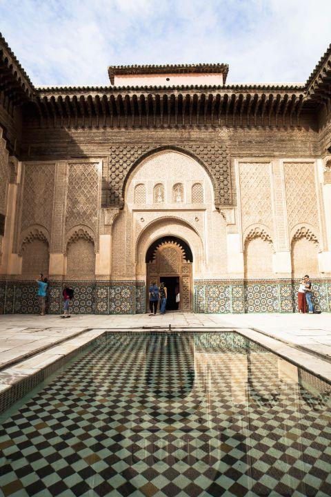 <p>Aan de voet van het Atlasgebergte ligt Marrakesh, dat sinds de middeleeuwen weinig is veranderd. Je kunt hier dagenlang zwerven door het doolhof van smalle straatjes en betoverd worden door kleurrijke souks, prachtige paleizen en tuinen.</p>