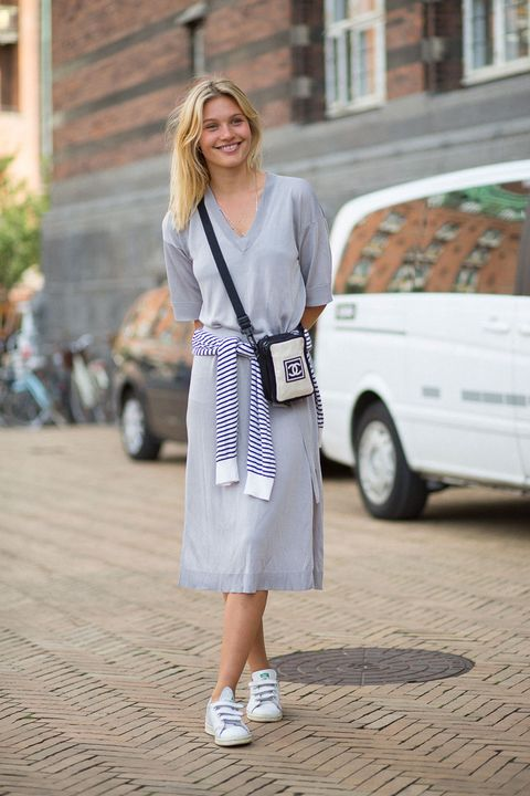 <p>Voor een zomerse look combineer je je sneakers met een losvallende, knielange jurk - bonuspunten wanneer je ook nog uiterst casual een gestreepte trui om je middel bindt.</p>