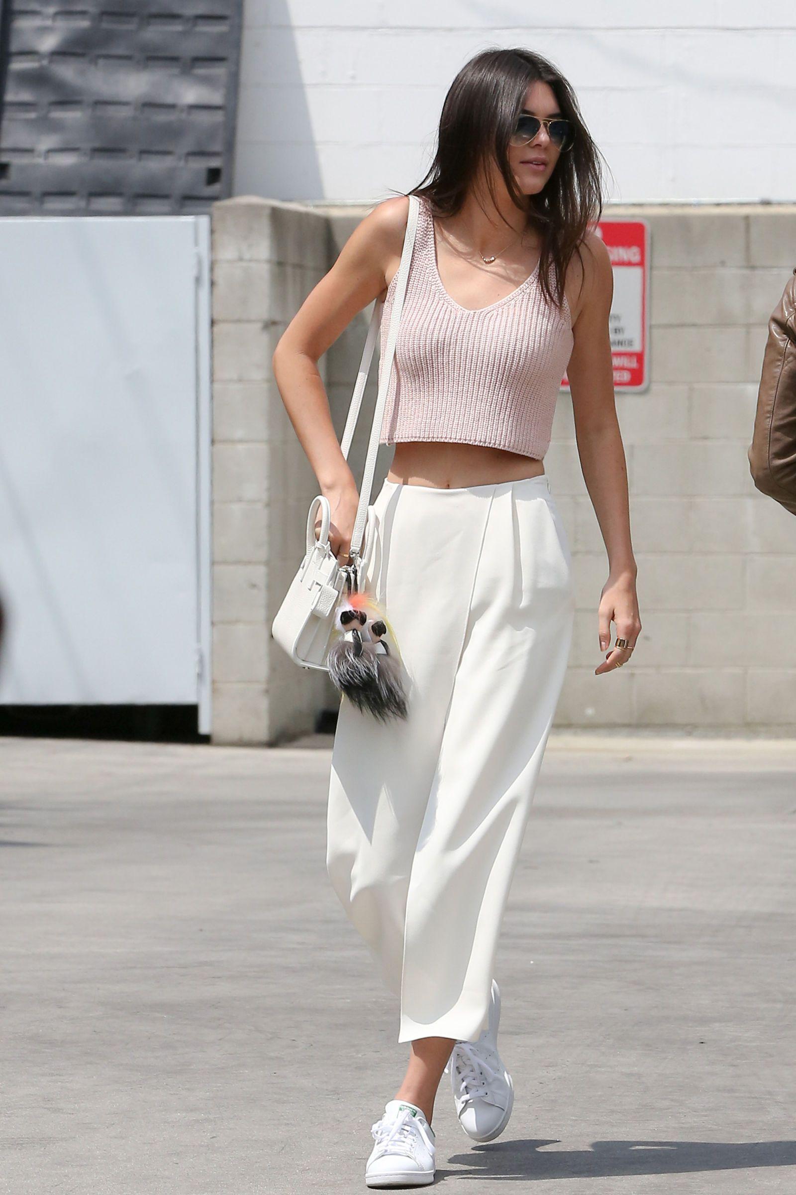 <p>Geef je sneakers een chique upgrade door ze te combineren met crèmekleurige culottes, net als <strong>Kendall Jenner</strong>.</p>