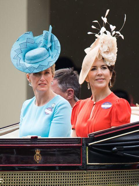 Ear, Hair accessory, Headpiece, Headgear, Fashion accessory, Costume accessory, Costume hat, Tradition, Costume design, Crown,