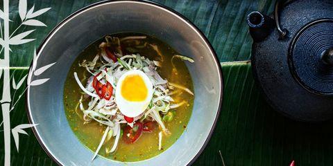 """<p>Op 1 mei heeft <strong>Ron Gastrobar Indonesia</strong> van Ron Blaauw in Ouderkerk zijn deuren geopend. Chef Agus Hermawan van restaurant Blaauw bemant de keuken. Je eet er Indonesische rijsttafelgerechten en je kunt kiezen voor de <em>full experience</em> - de rijsttafel van Agus - of je kiest voor die van Ron, die is iets goedkoper. Verwacht bij de rijsttafel gerechten als gado gado, atjar, seroendeng en natuurlijk bami ketjap. Maar er is natuurlijk ook saté van de grill. Je moet wel even uitwijken naar Ouderkerk, want deze gastrobar is voor het eerst niet in Amsterdam. Maar het is de rit zeker waard.</p><p><em>&gt; <a href=""""http://www.rongastrobarindonesia.nl/"""">Ron Gastrobar Indonesia</a>, Amstelzijde 51, Amstelveen (Ouderkerk aan de Amstel)</em></p>"""