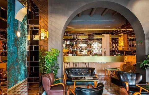 """<p>Op een gegeven moment moet je gewoon even ontsnappen aan de drukte van de stad en jezelf trakteren op een borrel in een fijne bar. Als wij zo vrij mogen zijn je van advies te voorzien, dan raden wij je graag aan neer te strijken bij <strong>G-Rough</strong>. Deze kleine hotelbar is te vinden op Piazza Navona en zal je ongetwijfeld betoveren met haar gouden spiegelmuren, leren fauteuils en de zee aan tropische planten. Aperol Spritz in je hand en je wilt er nooit meer weg.</p><p><em><a class=""""body-el-link standard-body-el-link"""" href=""""http://g-rough.com/"""" target=""""_blank"""">G-Rough</a>, Piazza di Pasquino, 69, 00186 Rome, </em><a class=""""body-el-link standard-body-el-link"""" href=""""tel:%2B39%2006%206880%201085""""><em>+39 06 6880 1085</em></a><br></p>"""