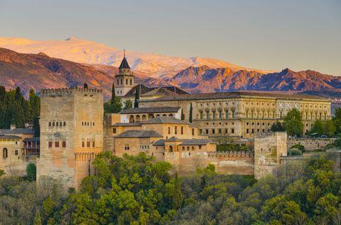<p>Dit typische Moorse kasteel trekt hordes bezoekers naar Granada, maar het beste onderdeel is wellicht de hemelse Mediterraanse tuin.</p>
