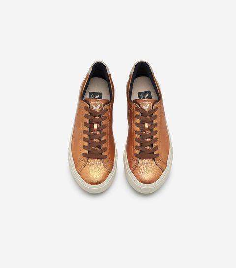 """<p>Frans en duurzaam, dat is schoenenmerk Veja. Het leer van hun sneakers is biologisch gelooid, de binnenzool is van biologisch katoen en de buitenzool van wild rubber uit de Amazone. Op de site van het merk kun je alles lezen over de fairtrade werkwijze, én de mooiste retro sneakers voor man, vrouw en kind kopen.</p><p><em>> <a href=""""http://www.veja-store.com/""""><u>veja-store.com</u></a><span class=""""redactor-invisible-space""""></span></em><br></p>"""