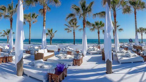 <p>Meer club dan <i>beach</i>, maar Nikki Beach biedt soelaas met witte strandbedden, een boel palmbomen, <i>fine dining</i> in de buitenlucht, live muziek en deejays in het outdoor restaurant.</p>