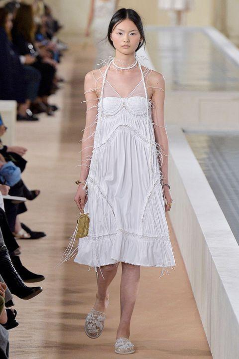<p>De laatste collectie van Alexander Wang voor modehuis Balenciaga kent enkel wit. Van zacht linnen tot kant en katoen.</p>
