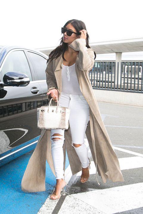 <p>Kijk, zomaar in 't wild op straat, gehuld in witte ripped jeans en nude overjas.</p>