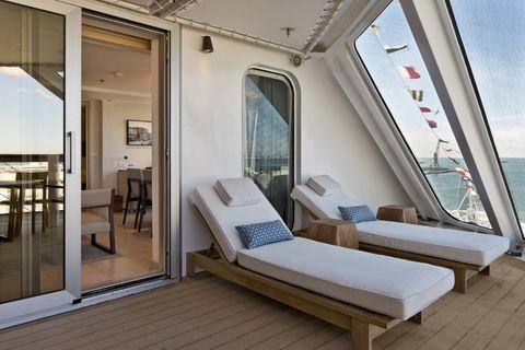 <p>Of je nu een standaard <em>Veranda </em>kamer of luxe <em>Explorer Suite</em> geboekt hebt, ieder optrekje heeft een eigen balkon en, jawel, ook een verrekijker waarmee je de kustlijn kunt zien. Voor de frisse avonden op het balkon zijn er dekens van kasjmier en verder een badjas, badslippers en luxe linnen. Gasten in de <em>Explorer Suite</em> krijgen naast al dat moois ook nog eens de ultieme<em>VIP treatment, wat zoiets </em>houdt als dat er altijd plek voor je is in de restaurants. </p>