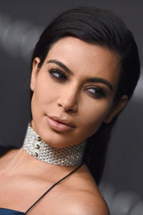 <p>Misschien ken je de beruchte foto wel van Kim Kardashian en haar vampire facial. Wat het doet? Eigenlijk is het gewoon een mini-facelift zonder dat daar een mes aan te pas komt. Een aantal kleine substanties, gemaakt van het lichaamseigen bloed, wordt in de huid geïnjecteerd. En dat schijnt goed te zijn...</p>