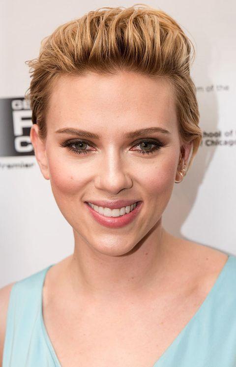 <p><strong>Do's</strong>: zet de schaar in je lokken en ga net als <strong>Scarlett Johansson </strong>voor een  frisse pixie cut. Nog niet helemaal zeker van een kort koppie? Een golvende bob en lange haar met lange lagen staan jou ook goed. </p><p><strong>Don'ts:</strong> een coupe met een superstrakke middenscheiding. Hierdoor leg je de nadruk op je voorhoofd, het breedste gedeelde van je gezicht.<br></p>