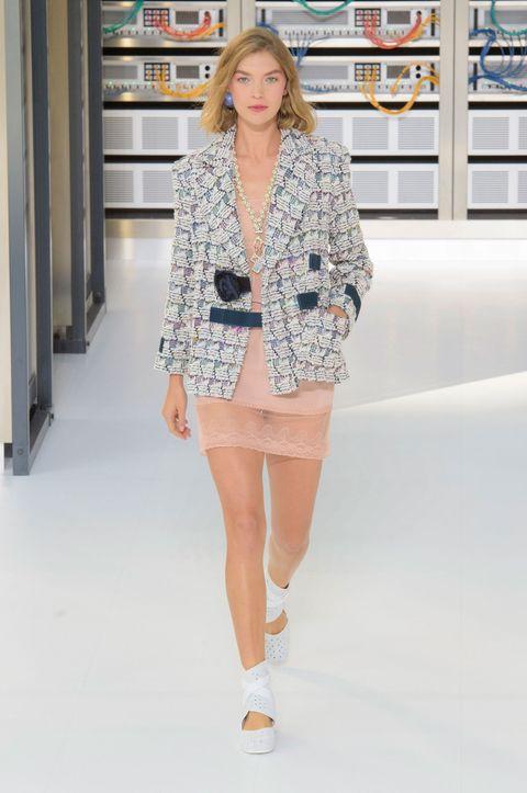 Sleeve, Shoulder, Joint, Outerwear, Human leg, Style, Street fashion, Collar, Fashion model, Fashion,