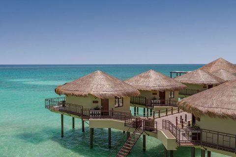 """<p>De nieuw gebouwdePalafitos Overwater Bungalows van het kindvrijeEl Dorado Maroma zijn de eerste<em data-redactor-tag=""""em"""" data-verified=""""redactor""""> over-the-water</em> lodgesin Mexico. Gasten verblijven er in huisjes met rieten daken en uitzicht over de turquoise zee.</p><p><a href=""""http://www.eldoradosparesorts.com/hotels-and-resorts/el-dorado-maroma.html"""" target=""""_blank"""" data-tracking-id=""""recirc-text-link"""">El Dorado Maroma</a>></p>"""