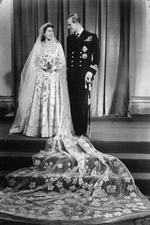 <p>Prinses Elizabeth en de&nbsp;Duke of Edinburgh op hun huwelijksdag. Ondanks dat Philip niet de eerste keuze was van de familie, trouwde ze hem toch.</p>