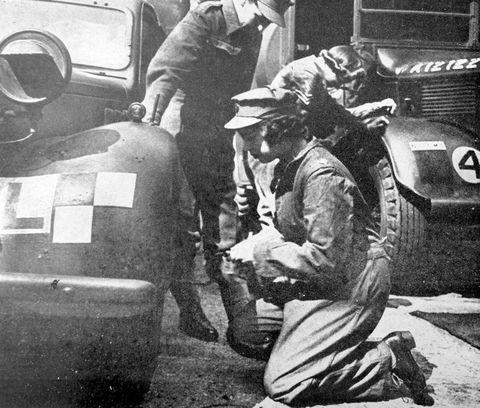 <p>(Toen nog) Prinses Elizabeth aan het werk als een automonteur tijdens de Tweede Wereldoorlog.</p>