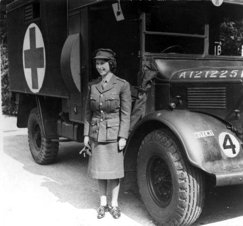 <p>De prinses werkte voor de&nbsp;Women's Auxiliary Territorial Service,&nbsp;als monteur en als vrachtwagenchauffeur. Hier zie je haar in haar uniform.</p>
