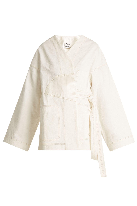 "<p>Kimono denim jack - verkrijgbaar via<a href=""http://bit.ly/2qWr7ON"" target=""_blank"" data-tracking-id=""recirc-text-link"">Matches Fashion</a></p>"