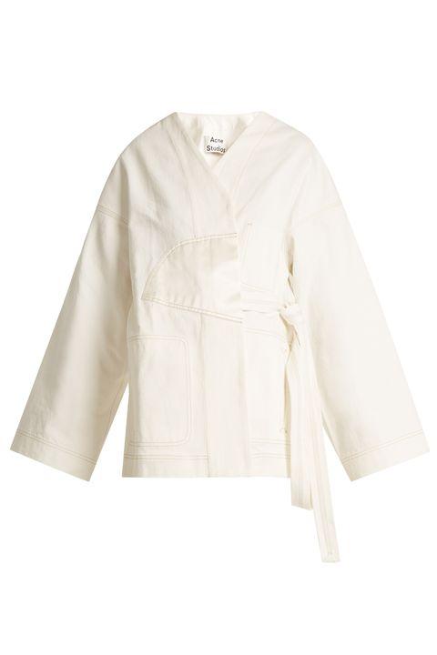 "<p>Kimono denim jack - verkrijgbaar via&nbsp;<a href=""http://bit.ly/2qWr7ON"" target=""_blank"" data-tracking-id=""recirc-text-link"">Matches Fashion</a></p>"
