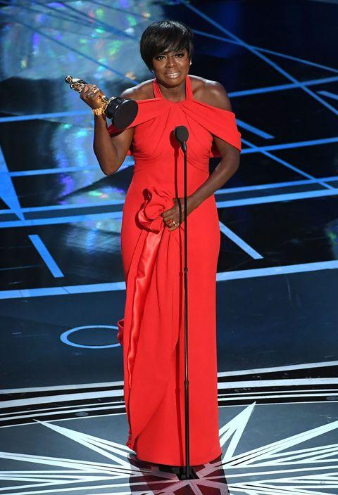 "<p>Geheel in <strong data-redactor-tag=""strong"" data-verified=""redactor"">Armani</strong> rood nam Viola Davis haar derde Oscar in ontvangst.&nbsp;<span>Ze werd&nbsp;de <a href=""http://www.harpersbazaar.nl/women-of-the-year/news/a4614/viola-davis-oscar-woman-of-the-week/"" target=""_blank"" data-tracking-id=""recirc-text-link"">eerste donkere actrice met drie Oscar-nominaties</a> op d'r naam. Daarnaast was ze afgelopen maart Bazaar's <a href=""http://www.harpersbazaar.nl/women-of-the-year/news/a4614/viola-davis-oscar-woman-of-the-week/"" target=""_blank"" data-tracking-id=""recirc-text-link"">Woman Of The Week</a>.</span></p>"