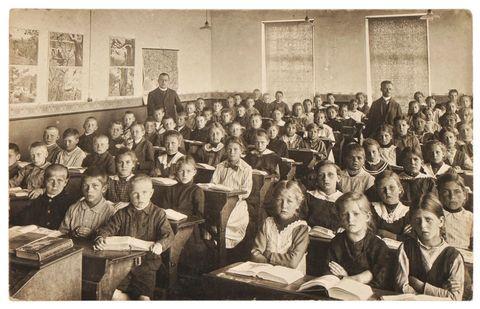 een klaslokaal met leerlingen van vroeger