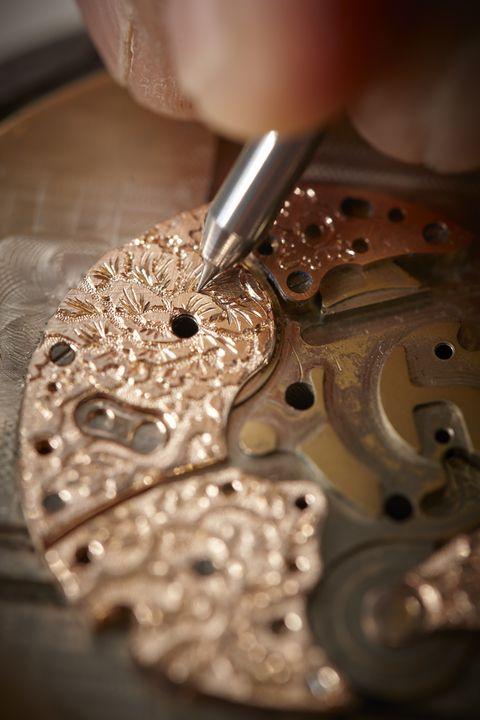 古老的Fleurisanne雕刻技術,首先雕除圖樣周圍的材料。