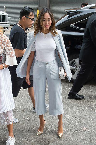<p>簡單的白色素T,配上高腰的湖水藍寬褲與西裝外套,高跟鞋拉長整體比例,休閒中又不失都會時髦感。</p>