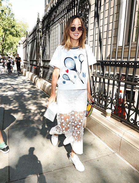 <p>運動休閒風的上衣,配上帶有細節的蕾絲透視長裙,成功融合甜美運動風格。</p>