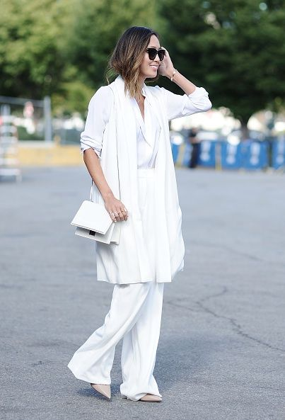<p>一身全白的穿搭,卻不難發現許多層次上的搭配。白襯衫與高腰西裝寬褲,配上裸色尖頭高跟鞋,完美演繹簡潔俐落。</p>
