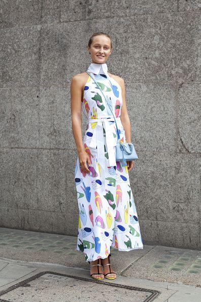 <p>2014年9月,Daria Shapovalova一身清新打扮現身倫敦。Anton Belinskiy的洋裝上有各種顏色的手勢圖案,可愛又帶著趣味感,Prada的淡藍色肩背包與之相稱。而Dior的黑銀細帶高跟鞋則讓打扮看起來不會太過女孩,維持女人味。  </p>