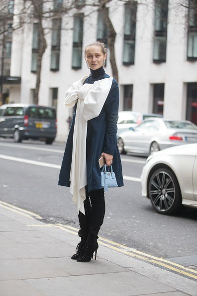 <p>2015年2月倫敦秋冬時裝周,她的Anna K長版上衣有著巨大的白色蝴蝶結,大膽卻又不失優雅,而Miu Miu的綁帶細跟靴平衡她的比例,淡藍色Prada包則改以手提搭配。  </p>