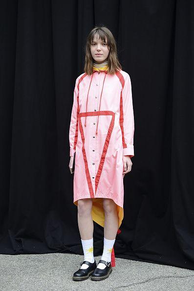 <p>2015年2月,她穿著Anna K 2015秋冬系列之一在米蘭街頭,粉紅色的襯衫裙上面有紅色的幾何線條,搭配內裏與領口的黃色色調和諧,與腳上的Dr. Martens俏皮搭配。  </p>