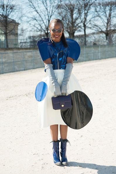<p>將帶有金屬光澤的藍色做為穿搭重點,將無趣的白色傘狀洋裝加上大圓點作為點綴,增添趣味。</p>