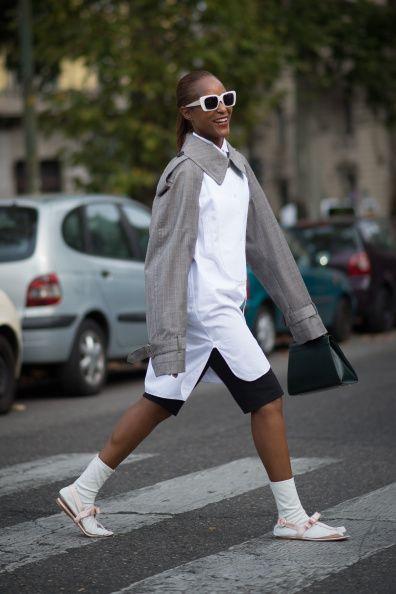 <p>簡單的灰白拼接襯衫,她也可以穿出自己的味道,下身穿著黑色短褲,白色長襪搭配粉色涼鞋,風格強烈的碰撞出火花。</p>