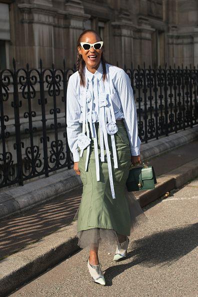 <p>特殊造型的襯衫,搭上內襯紗裙的軍綠色魚尾裙,本應女人味的穿搭,在她巧妙的搭配下,呈現出一股率性。</p>