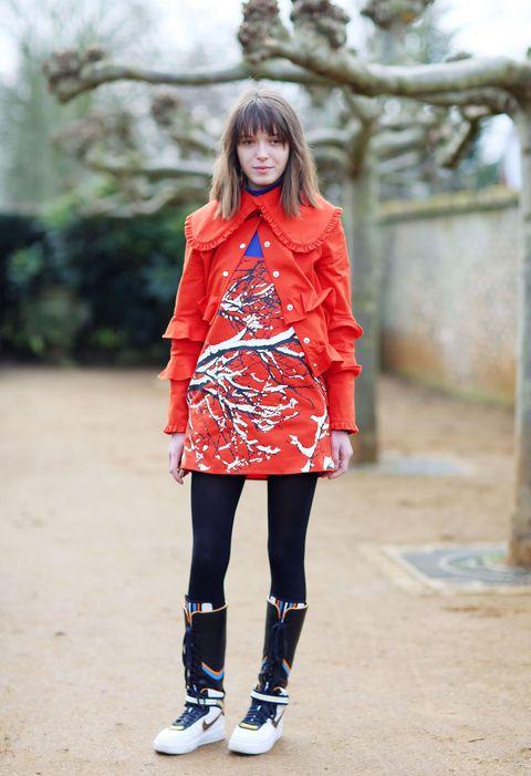 <p>有別於她的甜美風,2015年2月倫敦時裝周上她以一套街頭感的打扮現身,荷葉邊的設計與衣服上的圖案有著另類的衝突感,球鞋的長筒綁帶設計十分有個性。  </p>