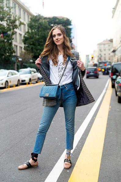 <p>印字T-shirt搭上及踝的牛仔褲,隨意率性的綁帶娃娃鞋是她的小巧思,打造輕鬆簡單的style。</p>