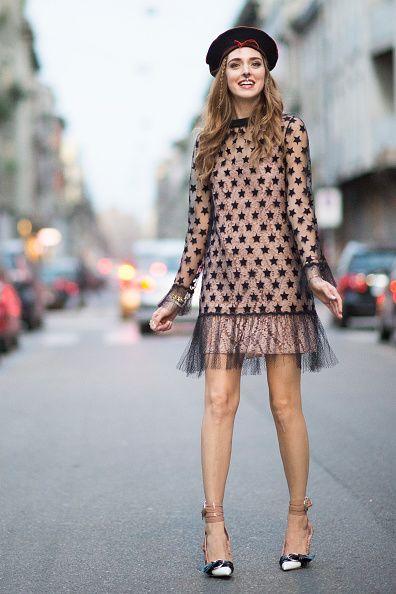 <p>粉裸色的小洋裝,外面再套上黑色星星印花的透膚罩衫,搭上滾紅邊的小禮帽,將清春洋溢的風格發揮的淋漓盡致。</p>