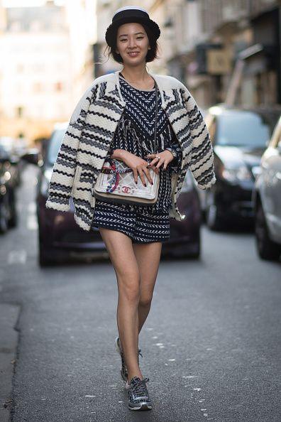 <p>將頭髮盤進黑色帽子裡,拎著Chanel包包,Irene散發出女人味。深色洋裝上的淺色線條與白色外套上的深色線條不但看起來毫不雜亂,反而相映成趣。而她選擇黑白色相間的球鞋則營造微微的混搭感。  </p>