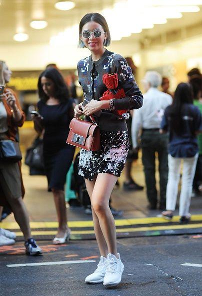 <p>帶有馬賽克色塊的灰色針織衫製造出虛擬數位感,混搭潑漆風短裙以及白框銀色圓墨鏡,再配上咖啡色手提包,即使整體彩度較低,Irene還是看來活力十足,她的俏麗短髮更凸顯了她的年輕可愛。  </p>