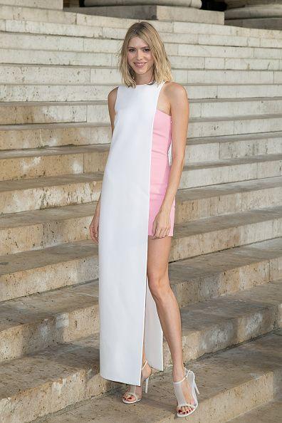 <p>利用長短、顏色拼接成結構性強烈的粉嫩色系洋裝,沒有多餘的首飾依舊能襯出她的高貴氣質。</p>