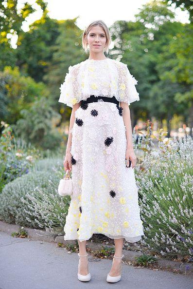 <p>以一席白色雪紡洋裝搭配黑、黃兩色的雕花裝飾,烘托出春天氛圍。</p>