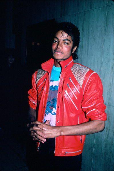 <p>紅色是他最具代表性的穿搭色系,多數搭配幾乎都以此為主,MV《Beat It》中他身穿紅色皮衣,金屬釦及拉鍊增添龐克風味,內搭趣味Tee,率性搖滾瞬間聚焦。</p>